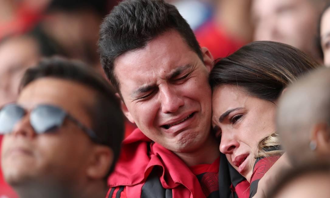 Casal de torcedores chora enquanto assite ao jogo Foto: SERGIO MORAES / REUTERS