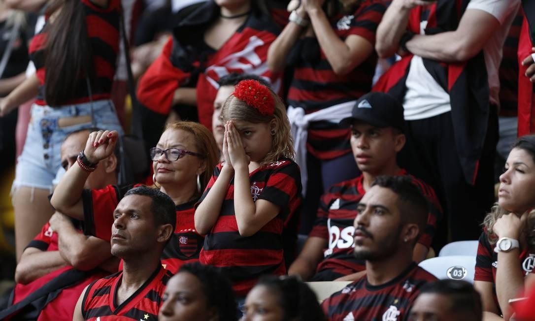 Teve até quem rezasse enquanto espiava o telão Foto: Marcelo Theobald / Agência O Globo