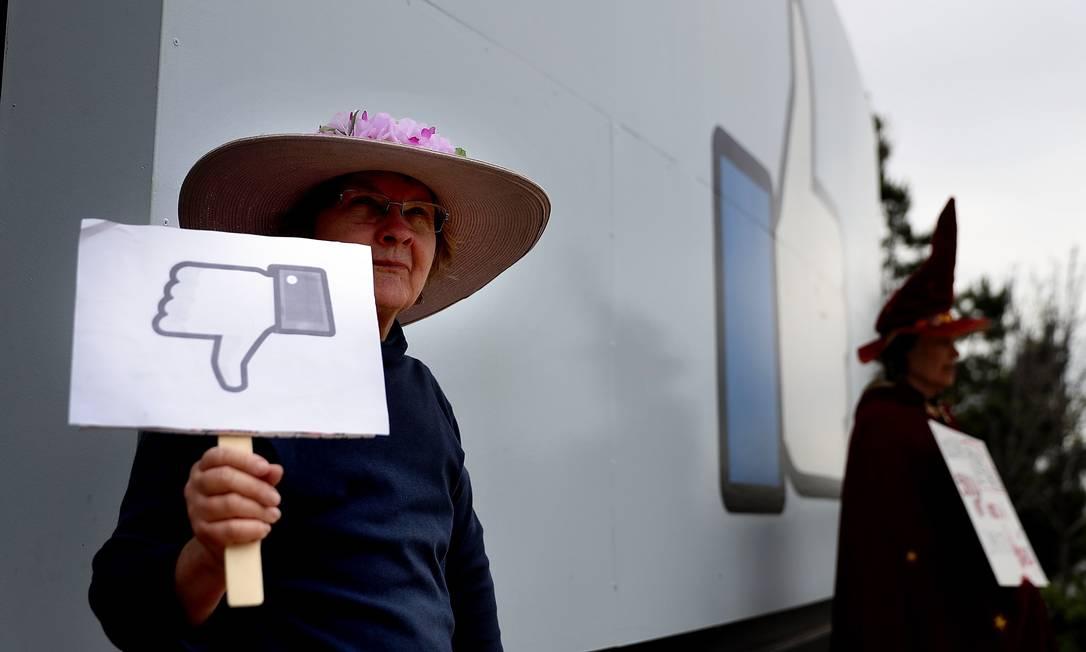 Manifestantes no Facebook, nos EUA: rede social sofre críticas por influência política desde o caso Cambridge Analytica Foto: JUSTIN SULLIVAN / AFP