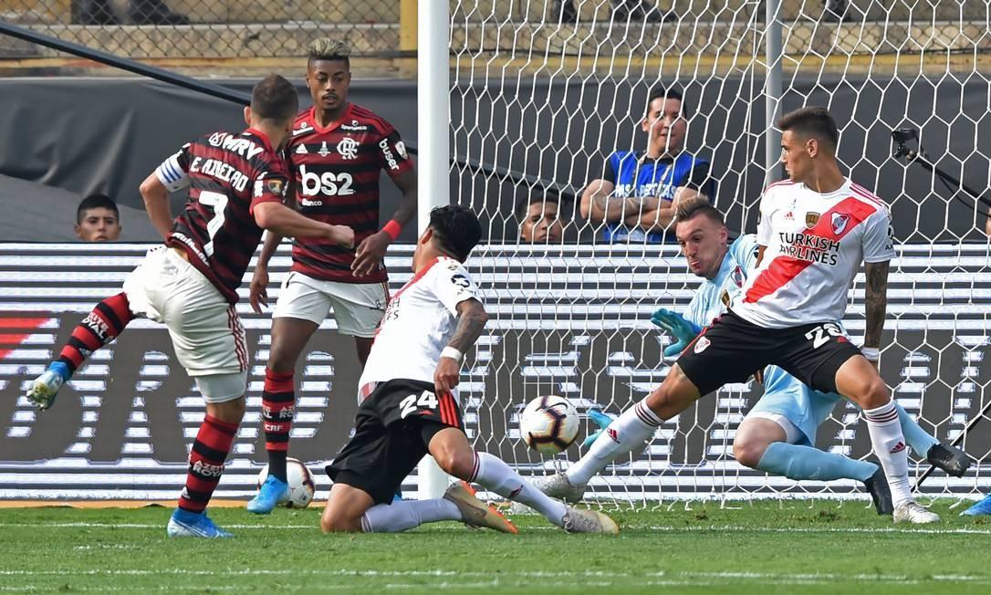 O goleiro do River Plate mergulha para parar o ataque do Flamengo na melhor chance de gol do time rubro-negro Foto: CRIS BOURONCLE / AFP