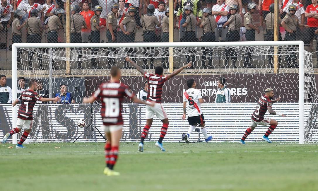 Gabigol comemora após marcar contra o River Plate Foto: LUKA GONZALES / AFP