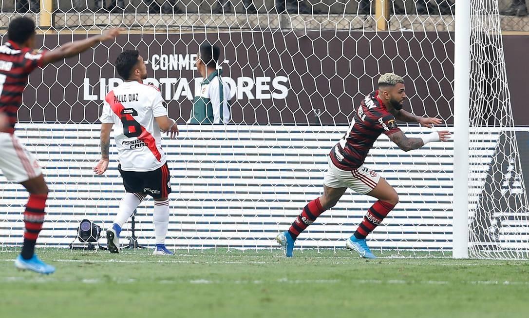 Gabigol corre para comemorar um dos gols do título sobre o River Plate Foto: LUKA GONZALES / AFP