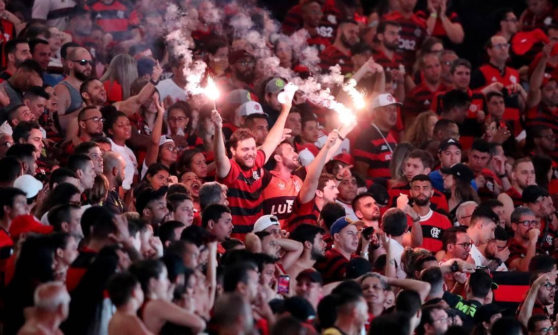 Torcedores do Flamengo em clima de festa no Maracanã Foto: SERGIO MORAES / REUTERS