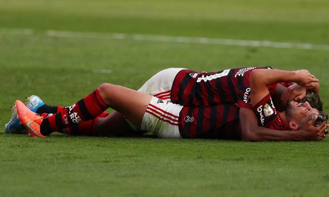 Bruno Henrique e Arrascaeta se abraçam após um dos gols do Flamengo Foto: PILAR OLIVARES / REUTERS