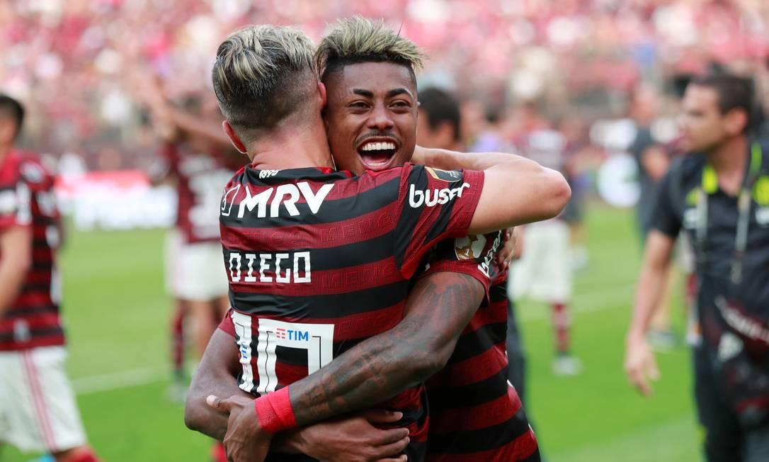 Diego e Bruno Henrique se abraçam após o título do Flamengo Foto: HENRY ROMERO / REUTERS