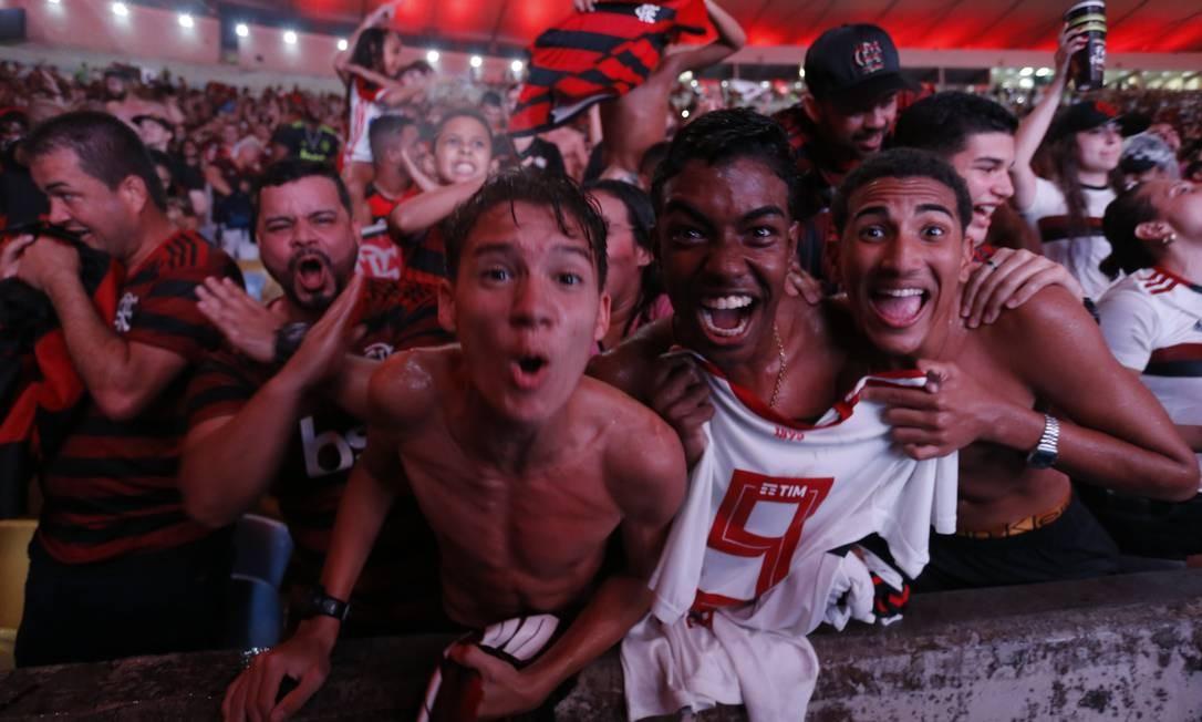 Grupo de torcedores comemora no Maracanã depois da virada histórica com dois gols de Gabriel Foto: MARCELO THEOBALD / MARCELO THEOBALD