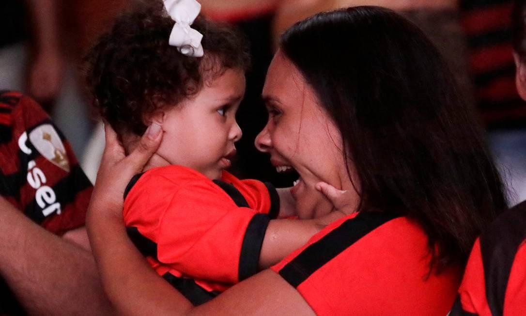 Torcedora rubro-negra comemora com a filha Foto: SERGIO MORAES / REUTERS