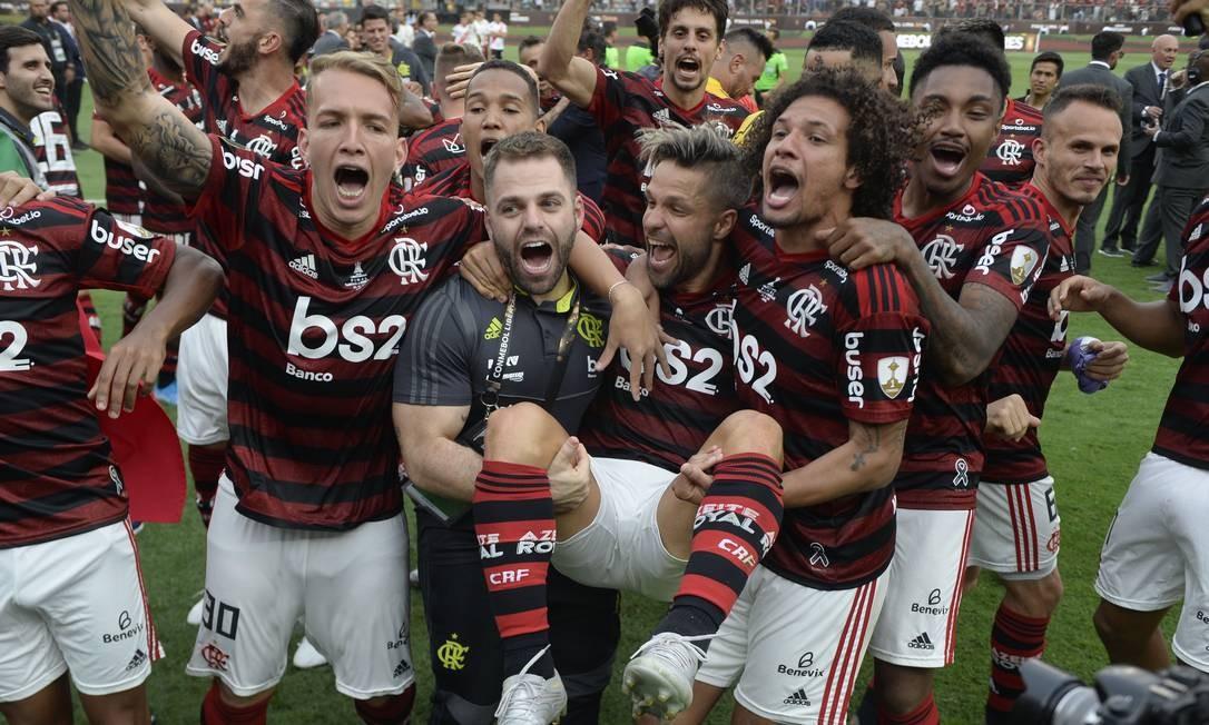 Jogadores do Flamengo comemoram após derrotar o River Plate da Argentina na final da Copa Libertadores de futebol no estádio Monumental, em Lima Foto: ERNESTO BENAVIDES / AFP