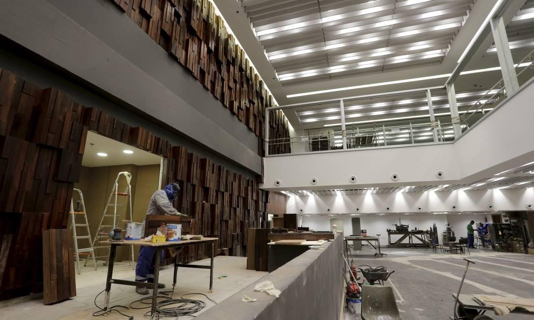 Operário trabalha na tribuna do plenário da nova Alerj, no primeiro subsolo, que irá funcionar onde era o cofre do antigo banco do estado Foto: Domingos Peixoto / Agência O GLOBO