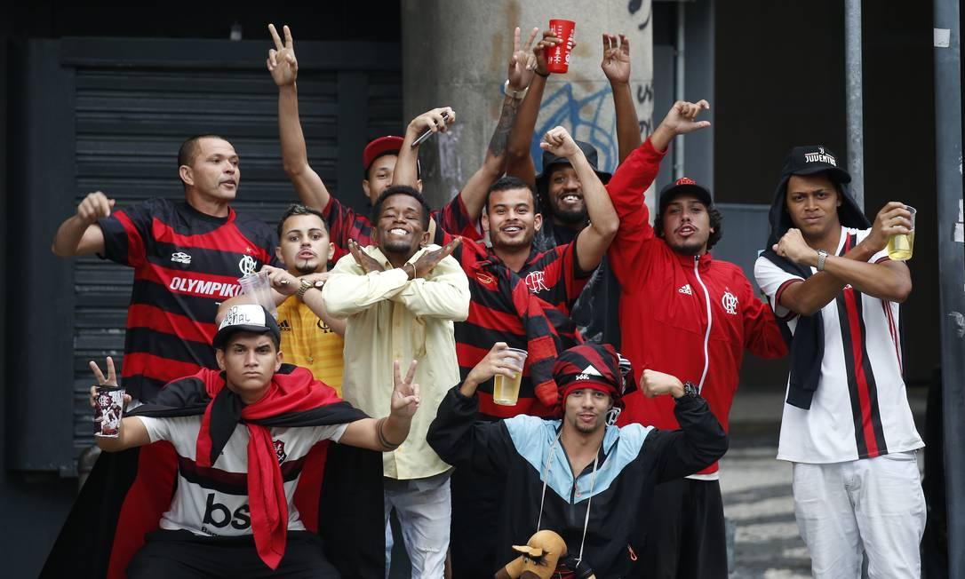 Torcedores rubro-negros concentrados na Candelária, de onde o time do Flamengo vai desfilar em carro aberto pela Avenida Presidente Vargas, até o monumento Zumbi dos Palmares, na Praça Onze Foto: Gabriel de Paiva / Agência O Globo