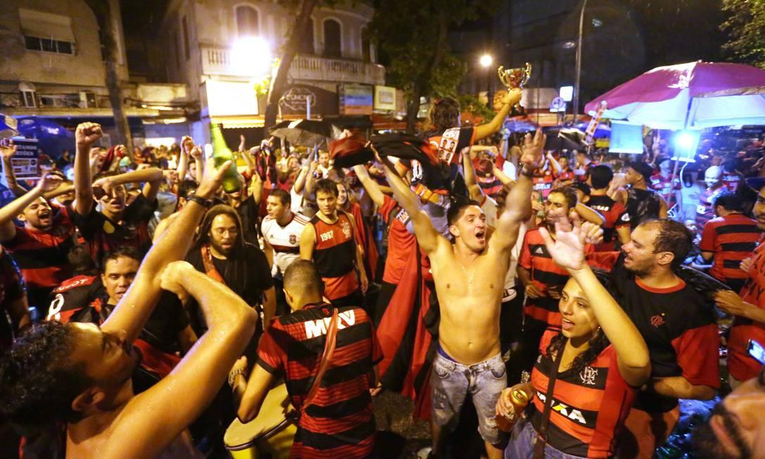 Torcedores rubro-negros festejam durante a madrugada no Baixo Gávea Foto: Cléber Júnior / Agência O Globo