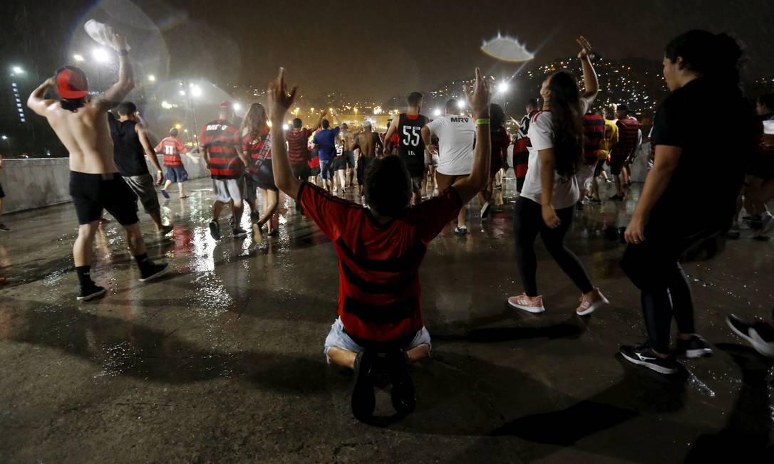 Comemoração de torcedores na saída do Maracanã, onde torcida pôde assistir ao duelo entre Flamengo e River Plate em dez telões instalados no estádio no evento Final Fun Fest – Libertadores 2019 Foto: MARCELO THEOBALD / Agência O Globo