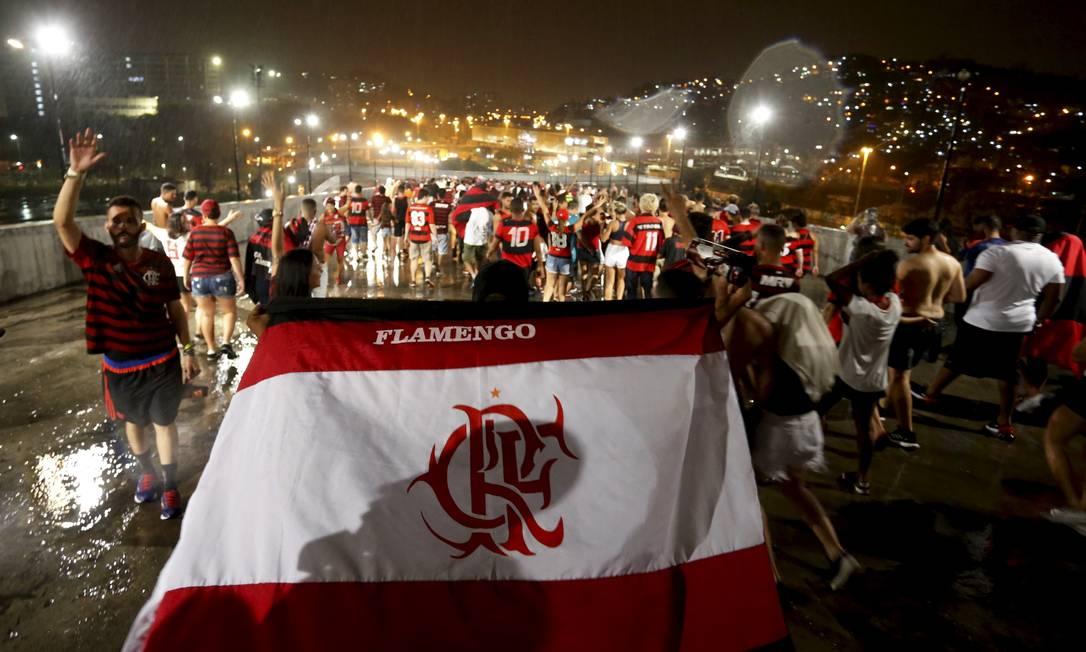 Comemoração de torcedores na saída do Maracanã, onde torcida pôde assistir ao duelo entre Flamengo e River Plate em dez telões instalados no estádio no evento Final Fun Fest Foto: MARCELO THEOBALD / Agência O Globo