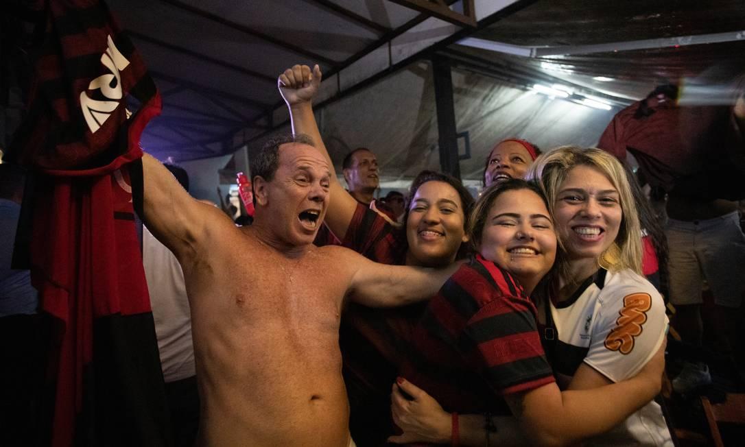 Torcedores comemoram na Praça Varnhagem, na Tijuca Foto: ANA BRANCO / Agência O Globo