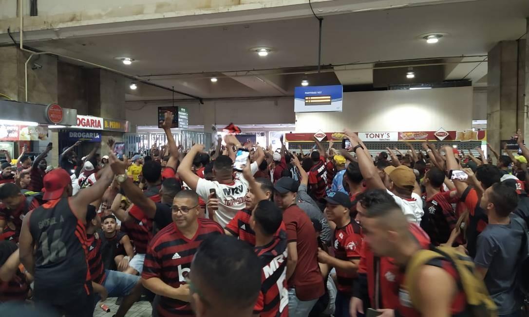Torcedores se reúnem na Central do Brasil para encontrar equipe do Flamengo na Candelária Foto: Agência O Globo