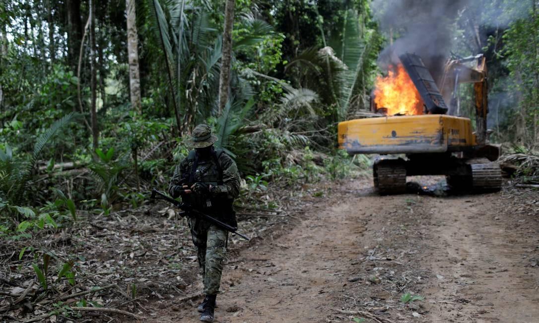 Maquinário usado em ações ilegais é destruído em Novo Progresso, no Pará, por agentes do Ibama; trabalho alerta que a redução no orçamento de 2020 do monitoramento pode levar o desmate na Amazônia aumentar 45%. Foto: Ricardo Moraes / Reuters 04/11/2018