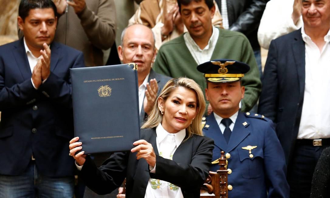 Jeanine Anez, presidente interina da Bolívia, segura a lei geral para a eleição nacional no Congresso, em La Paz. Foto: DAVID MERCADO / REUTERS