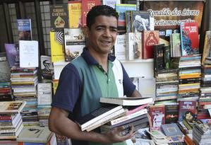 O livreiro Ronaldo coleciona livros e amigos no Leblon Foto: Pedro Teixeira / Agência O Globo