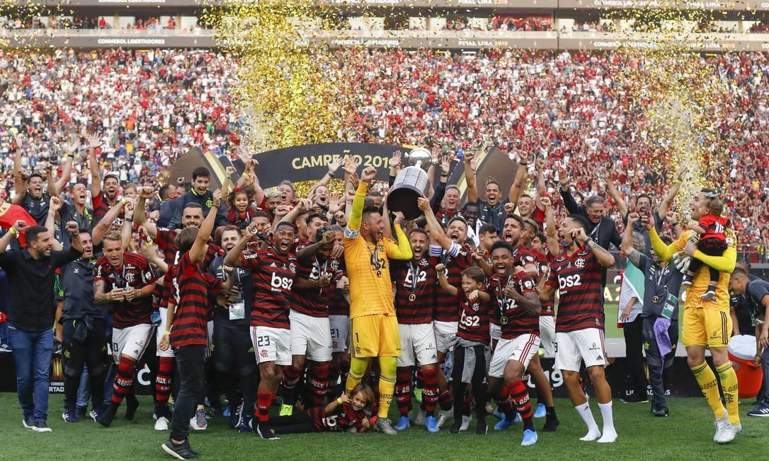 Elenco do Flamengo levanta o troféu do título da Libertadores Foto: Ricardo Moreira/Zimel Press/Agencia O Globo