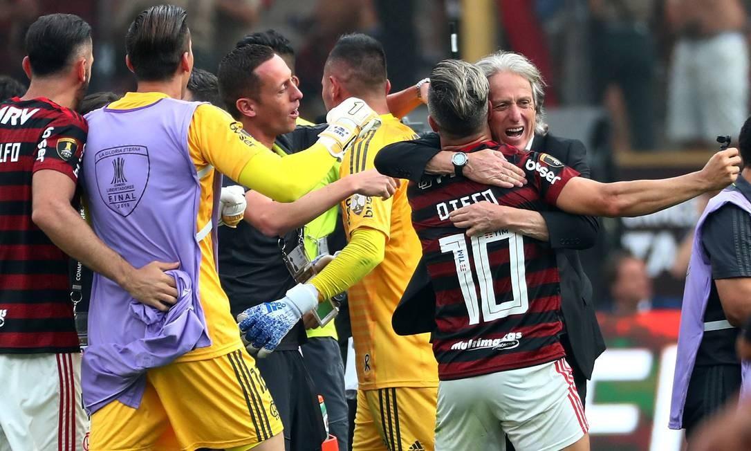 Jorge Jesus comemora com Diego título da Libertadores Foto: PILAR OLIVARES / REUTERS