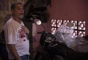 Pai de Thiago Dingo, morto em operação da polícia, Gilberto visita o túmulo do filho todos os meses Foto: Alexandre Cassiano / Agência O Globo