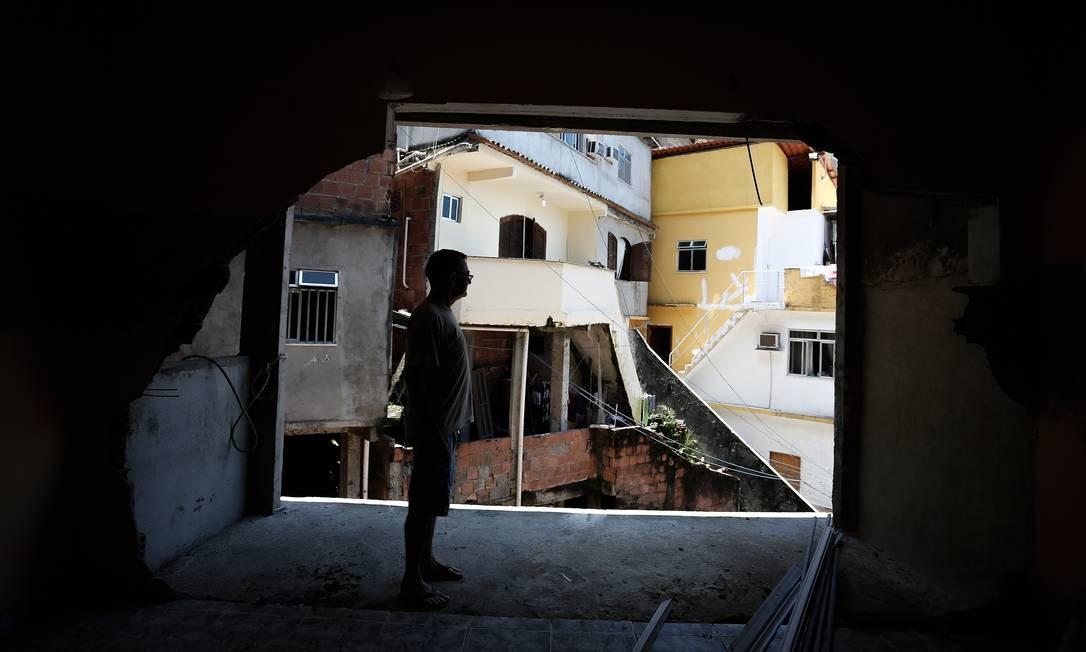 Raimundo de Castro Rodrigues precisa usar uma corda para entrar e sair de sua casa Foto: Pablo Jacob / Agência O Globo