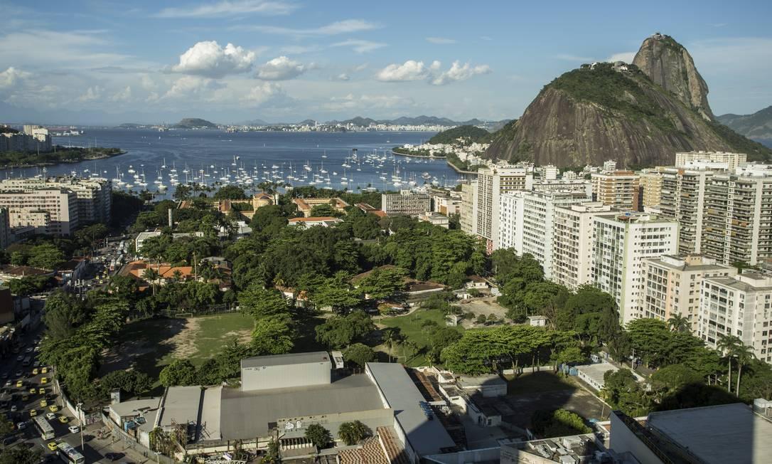 Vista aérea do campus Praia Vermelha da UFRJ, em Botafogo, com 55 mil metros quadrados: projeto da prefeitura, a pedido da universidade, cria normas urbanísticas para a área, que autorizam empreendimentos imobiliários Foto: Guito Moreto / Agência O Globo