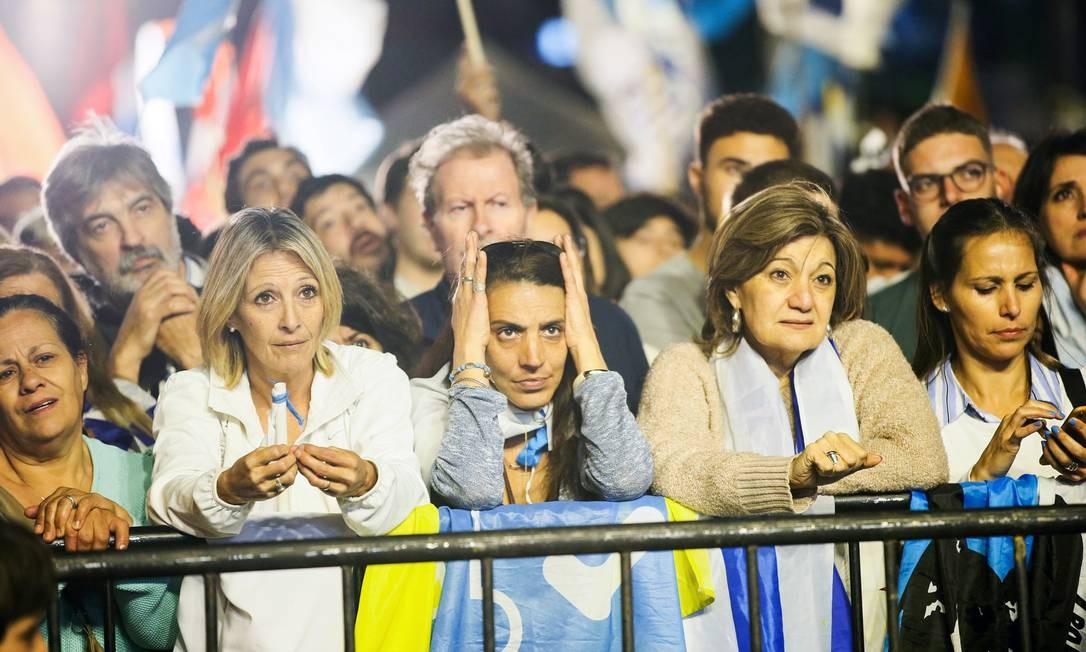 Apoiadores de Luis Alberto Lacalle Pou aguardam resultados oficiais do segundo turno das eleições no Uruguai Foto: MARIANA GREIF / REUTERS