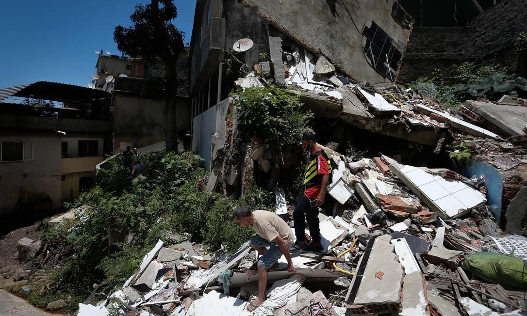 Entulho acumulado desde fevereiro Foto: Pablo Jacob / Agência O Globo