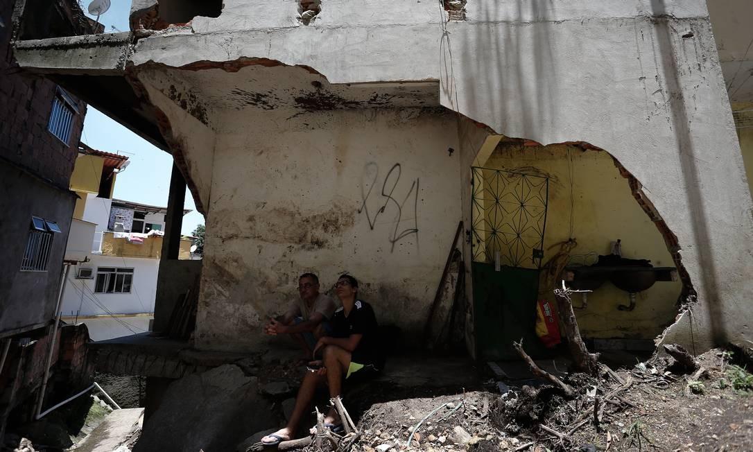 Cenário de destruição: paredes destruídas no Vidigal Foto: Pablo Jacob / Agência O Globo