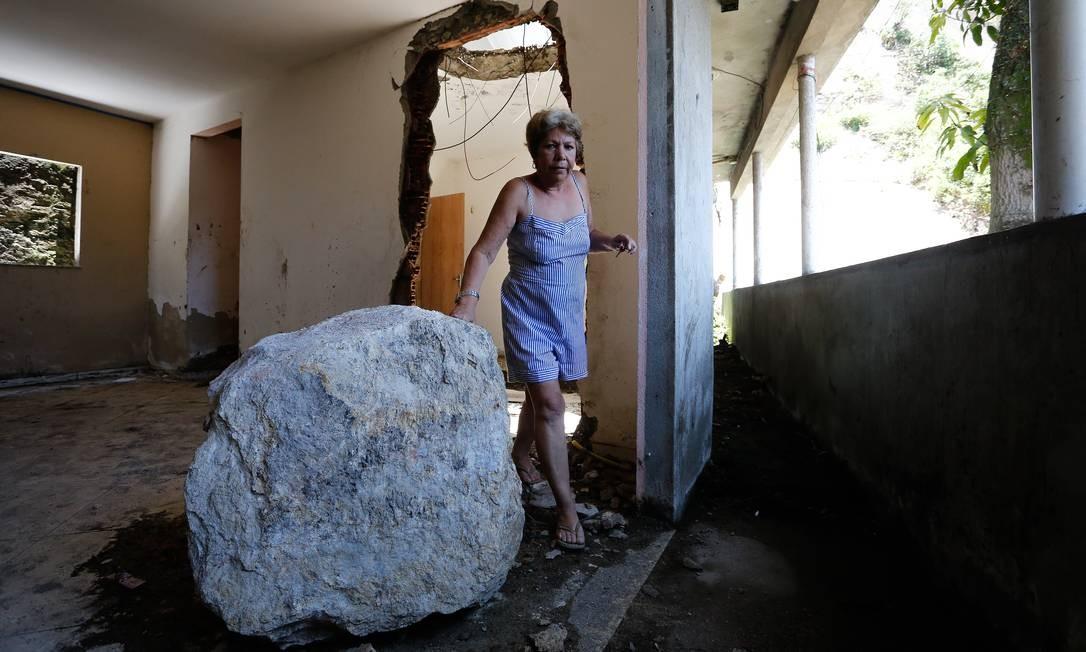 Dayse ao lado da pedra que entrou na sua casa Foto: Pablo Jacob / Agência O Globo