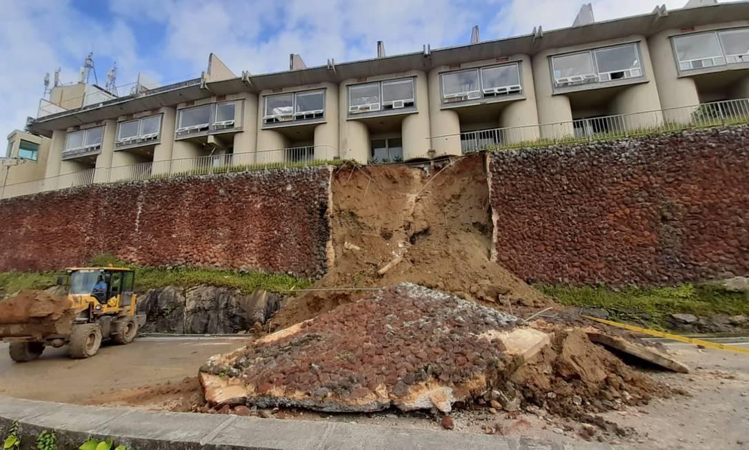 O desabamento do muro ocorreu no fim da noite deste domingo Foto: Fabiano Rocha / Agênica O Globo