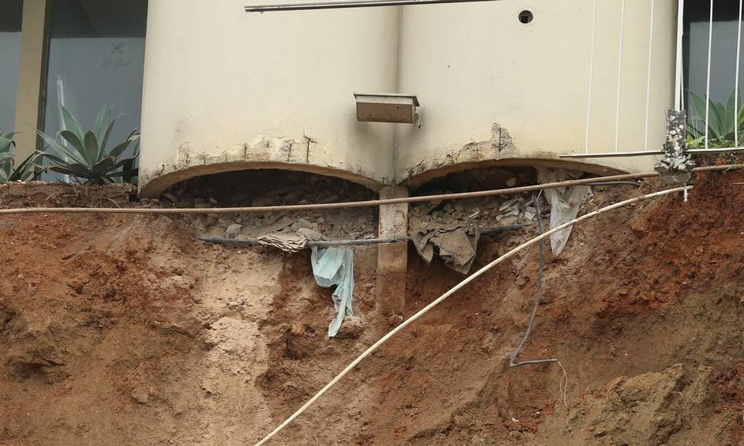 Parte da estrutura do hotel ficou exposta após muro desabar Foto: Fabiano Rocha / Agência O Globo