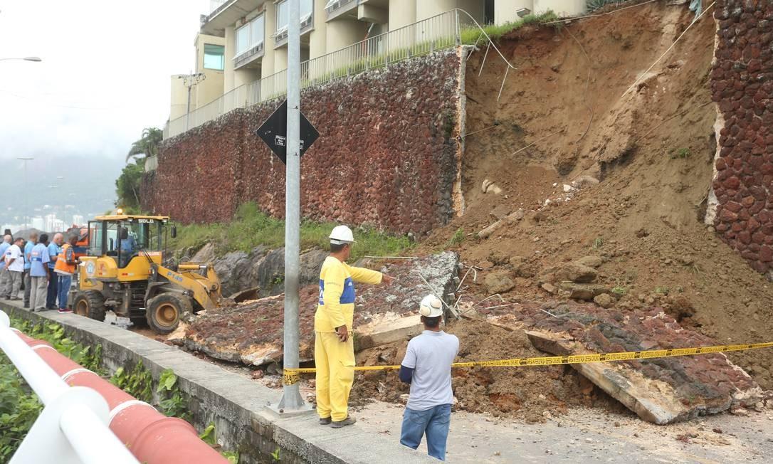 Equipes da Guarda Municipal, GeoRio, Comlurb e Defesa Civil foram acionadas após desmoronamento Foto: Fabiano Rocha / Agência O Globo