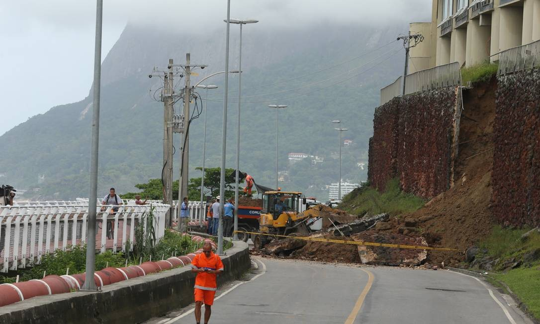 Deslizamentos às margens da via motivaram ação do Ministério Público para interditá-la há seis meses Foto: Fabiano Rocha / Agência O Globo