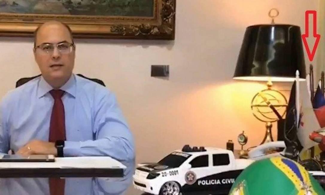 Em vídeo postado em 22 de maio por Witzel, é possível ver uma bandeira do Corinthians na mesa de seu gabinete Foto: Reprodução