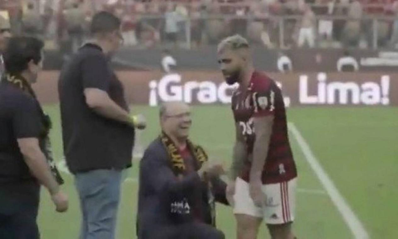 Gabigol ignorou Witzel que chegou a se ajoelhar no campo diante do jogador Foto: Reprodução / TV Globo