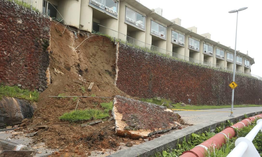 Parte do muro de contenção do motel Vip's desabou essa madrugada na Avenida Niemeyer Foto: Fabiano Rocha