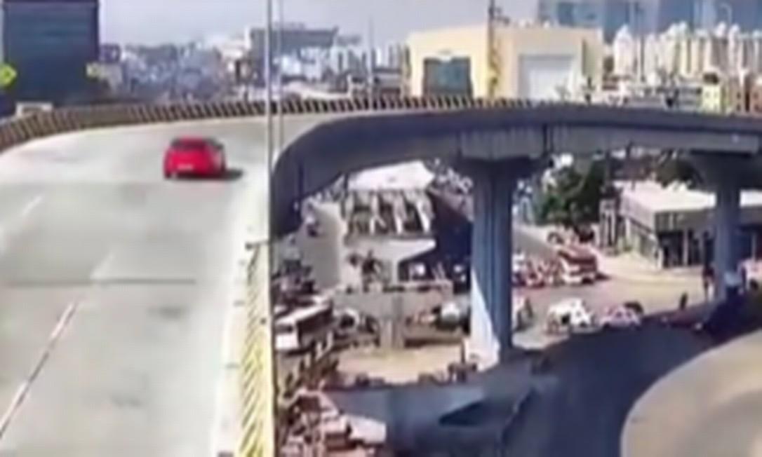 Motorista de carro vermelho perdeu o controle do veículo, que caiu da ponte em alta velocidade Foto: Reprodução