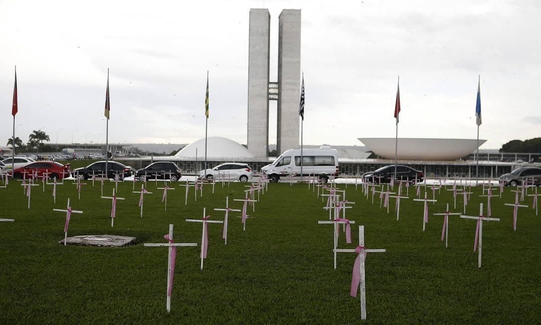 Brasil: Ato espalha cruzes em frente ao Congresso Nacional, em Brasília, para lembrar vítimas de feminicídio. Foram instaladas 1.140 cruzes – uma para cada vítima de feminicídio registrada em 2019 Foto: Jorge William / Agência O Globo