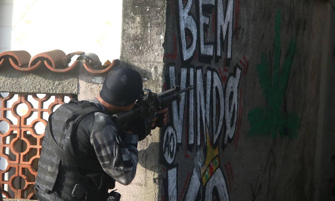 Extremos: de um lado, há uma queda contínua de homicídios dolosos, roubos de veículos e latrocínios e, de outro, um novo recorde de mortes em confrontos com a polícia Foto: Fabiano Rocha / 22-11-2018 / Agência O Globo