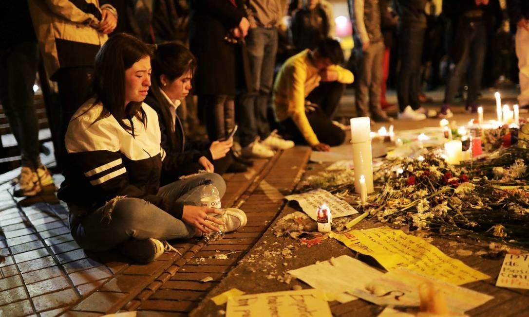Jovens fazem vigília em homenagem a Dilan em frente ao Hospital Santo Inácio Foto: LUISA GONZALEZ / REUTERS/25-11-2019