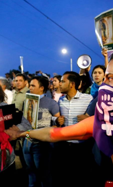 Fiéis católicos marcham perto de uma igreja pelo Dia Internacional do Combate à Violência contra as Mulheres e contra o Aborto em Guadalajara, México Foto: Ulises Ruiz / AFP