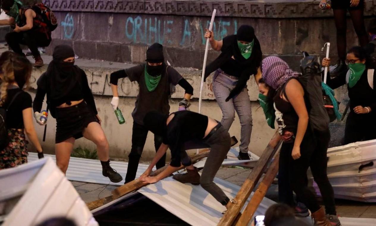 Manifestantes derrubam cerca que isolava o monumento à Tetlepanquetzal durente protestos na noite de ontem Foto: Luis Cortes / Reuters