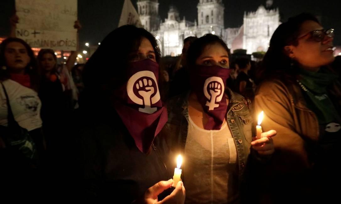 Manifestantes seguram velas durante um protesto contra o feminicídio e a violência contra as mulheres, na Cidade do México Foto: Luis Cortes / Reuters