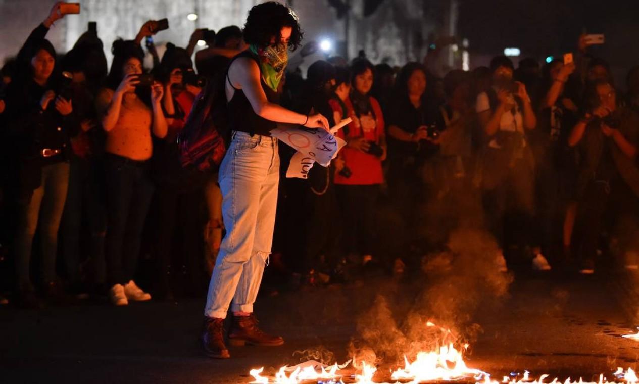 Mexicana faz fogueira em meio à protesto na Cidade do México Foto: Pedro Pardo / AFP