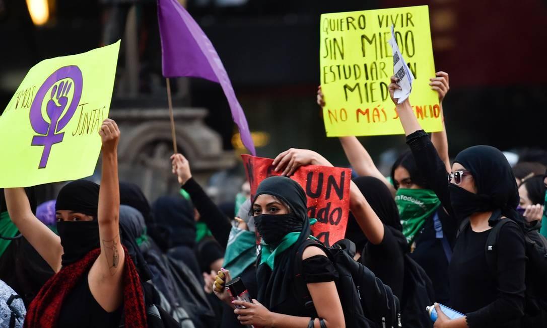 """""""Vamos Juntas"""", Quero viver sem medo, estudar sem medo, sem mais silêncio"""" dizem cartazes segurados por mulheres Foto: Pedro Pardo / AFP"""