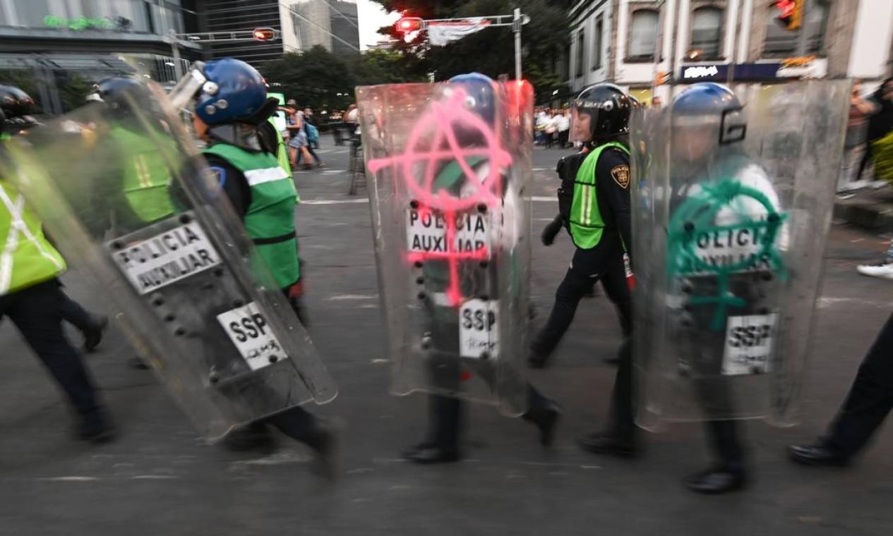 Escudos da tropa de choque da polícia mexicana também recebeu pichações com símbolo do anarcofeminismo Foto: Pedro Pardo / AFP
