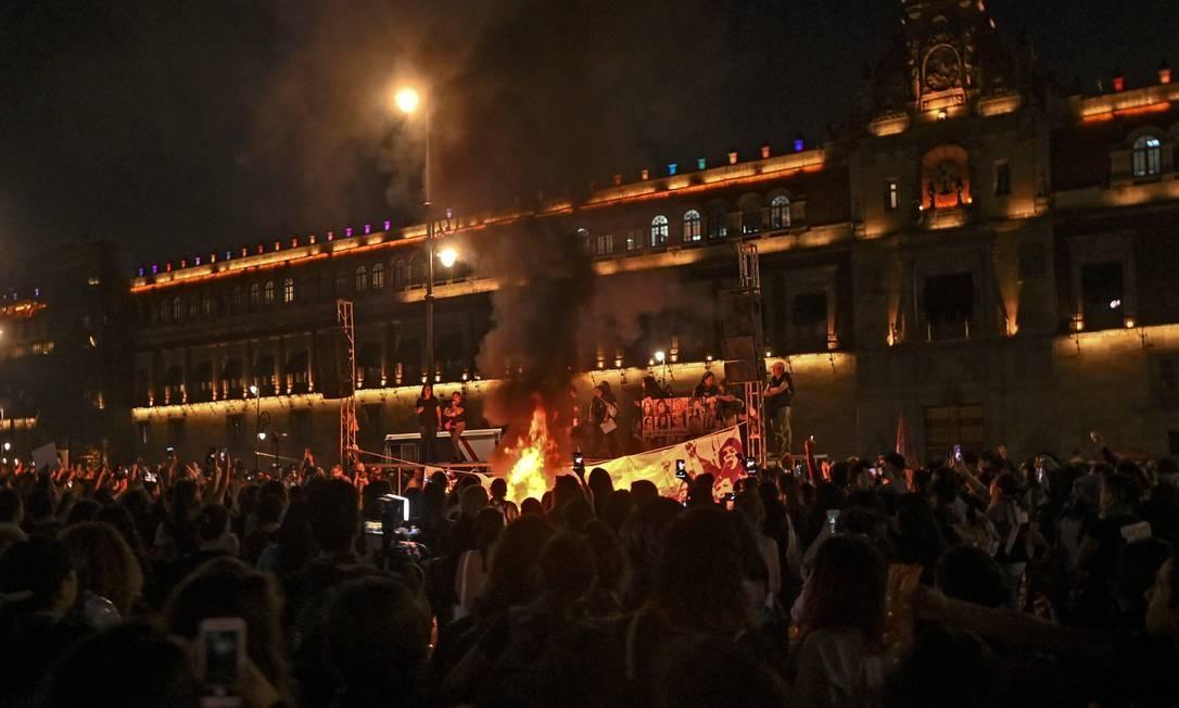 Ativistas usaram fogo para protestar na Cidade do México Foto: Pedro Pardo / AFP