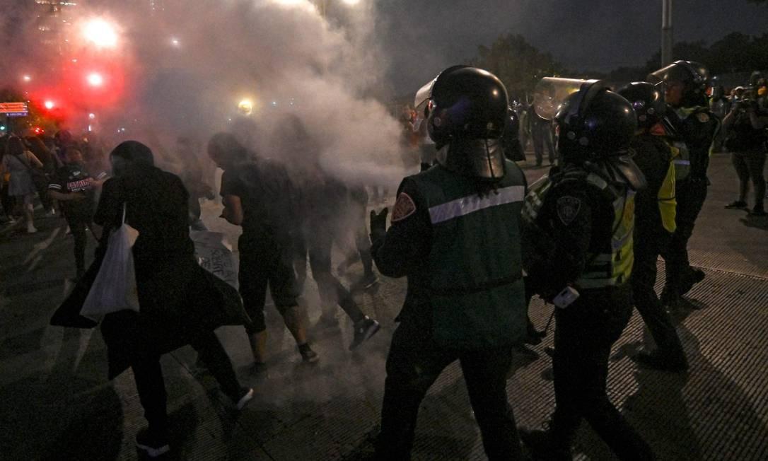 Polícia mexicana dispersa manifestantes com disparo de fumaça Foto: Pedro Pardo / AFP